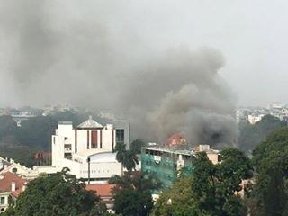 Cháy lớn ở Cung Thiếu nhi Hà Nội, huy động 4 xe cứu hỏa - ảnh 3