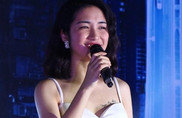 Hòa Minzy 'chiêu trò' sexy vòng một khoe hình xăm tên Công Phượng - ảnh 1