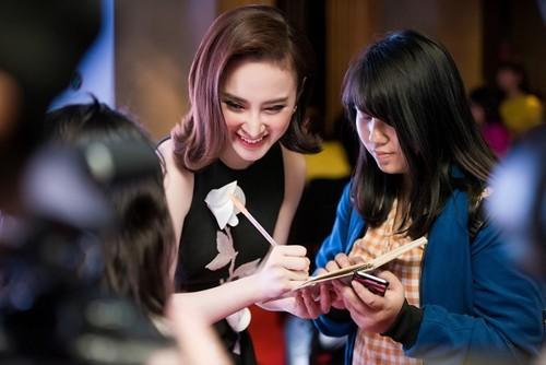 Angela Phương Trinh khoe nhan sắc rực rỡ, chinh phục fan Hà Nội - ảnh 5