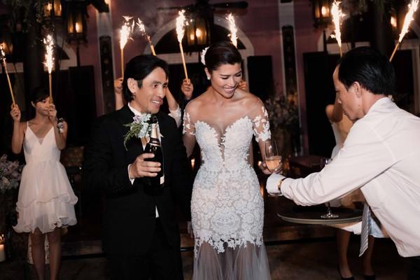 Trang Lạ gợi cảm bên chồng Việt kiều trong hôn lễ ở biệt thự - ảnh 5