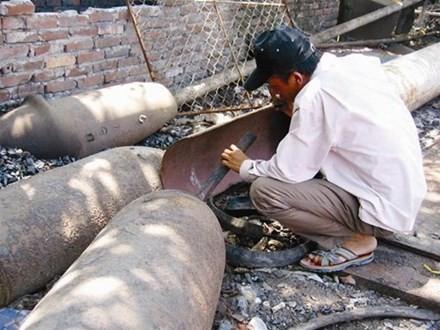 Làng kiếm sống bằng nghề nấu... bom ở Diễn Hồng - ảnh 1