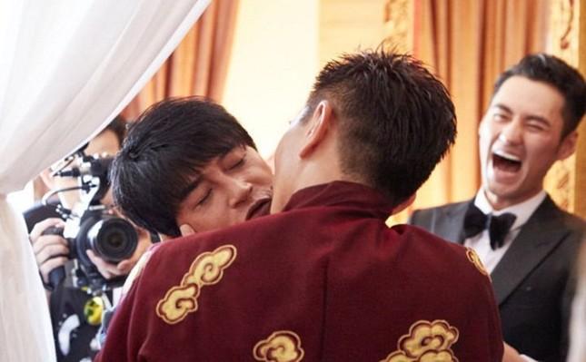Trong hôn lễ, Ngô Kỳ Long 'khóa môi' phù rể trước mặt Lưu Thi Thi - ảnh 1