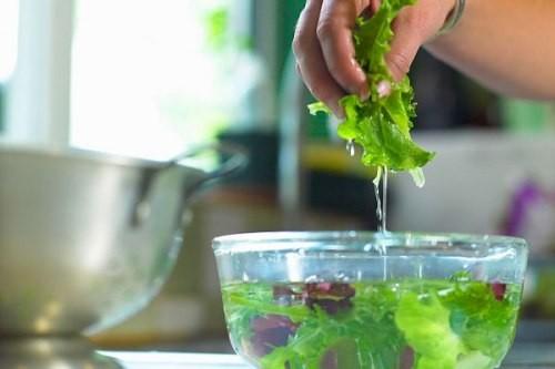 Mách mẹ cách rửa sạch 100% hóa chất trên rau, củ, quả - ảnh 2