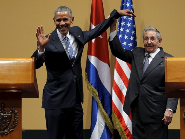 Ông Obama muốn ôm chủ tịch Raul Castro nhưng bị khước từ? - ảnh 1