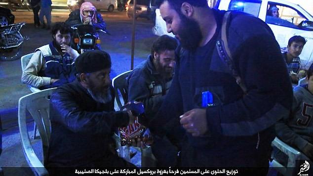 IS phát kẹo cho người dân Syria, ăn mừng vụ đánh bom Brussels - ảnh 4