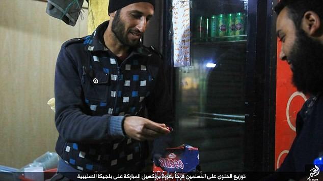 IS phát kẹo cho người dân Syria, ăn mừng vụ đánh bom Brussels - ảnh 3