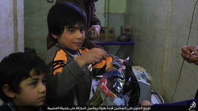 IS phát kẹo cho người dân Syria, ăn mừng vụ đánh bom Brussels - ảnh 2