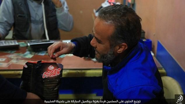 IS phát kẹo cho người dân Syria, ăn mừng vụ đánh bom Brussels - ảnh 1