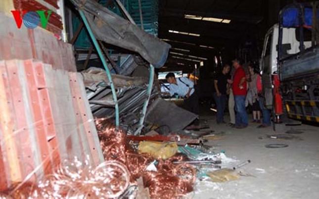 TPHCM: 2 công nhân tử vong do sập giá đỡ hàng hóa - ảnh 1