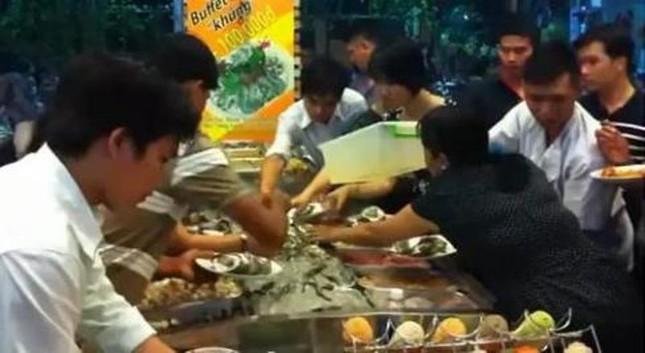 Người Việt tranh ăn, đại sứ quán VN cúi đầu xin lỗi - ảnh 1