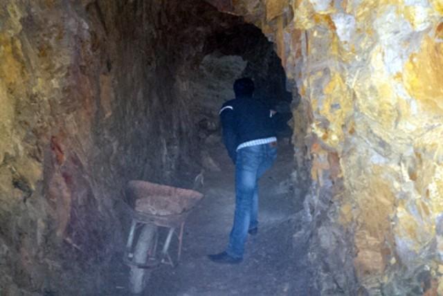 Bí thư huyện đào xuyên núi để 'làm hầm rượu' - ảnh 2