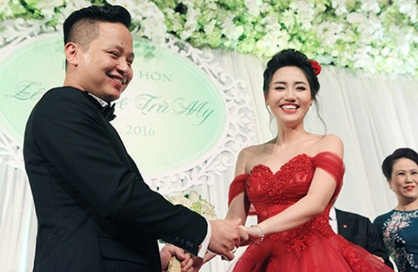 Á hậu Ngô Trà My liên tiếp 'khóa môi' chồng đại gia ở đám cưới - ảnh 1