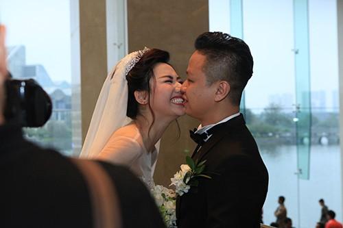 Á hậu Ngô Trà My liên tiếp 'khóa môi' chồng đại gia ở đám cưới - ảnh 2