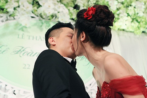 Á hậu Ngô Trà My liên tiếp 'khóa môi' chồng đại gia ở đám cưới - ảnh 3