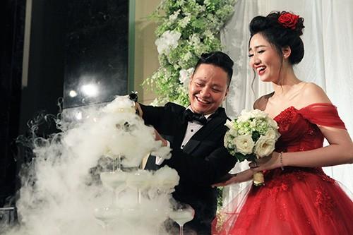 Á hậu Ngô Trà My liên tiếp 'khóa môi' chồng đại gia ở đám cưới - ảnh 8