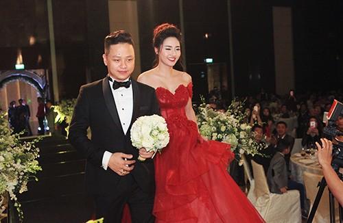 Á hậu Ngô Trà My liên tiếp 'khóa môi' chồng đại gia ở đám cưới - ảnh 7