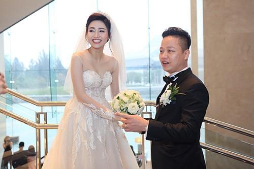 Á hậu Ngô Trà My liên tiếp 'khóa môi' chồng đại gia ở đám cưới - ảnh 6