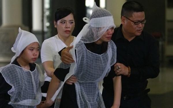 Vợ Trần Lập nắm chặt tay con, khóc ngất phút tiễn biệt chồng - ảnh 1