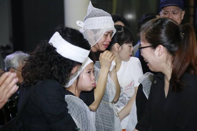 Vợ Trần Lập nắm chặt tay con, khóc ngất phút tiễn biệt chồng - ảnh 3