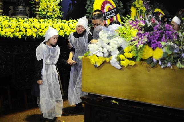 Vợ Trần Lập nắm chặt tay con, khóc ngất phút tiễn biệt chồng - ảnh 6