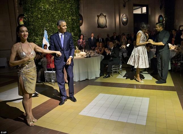Rũ bỏ gánh nặng, Tổng thống Obama 'say đắm' với điệu Tango - ảnh 1