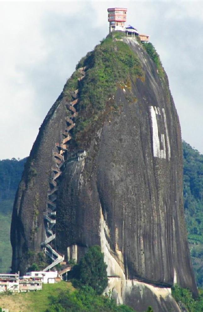 Chiêm ngưỡng khối đá kỳ lạ '10 triệu tấn' hút khách du lịch - ảnh 1
