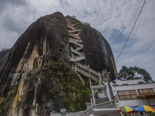 Chiêm ngưỡng khối đá kỳ lạ '10 triệu tấn' hút khách du lịch - ảnh 5