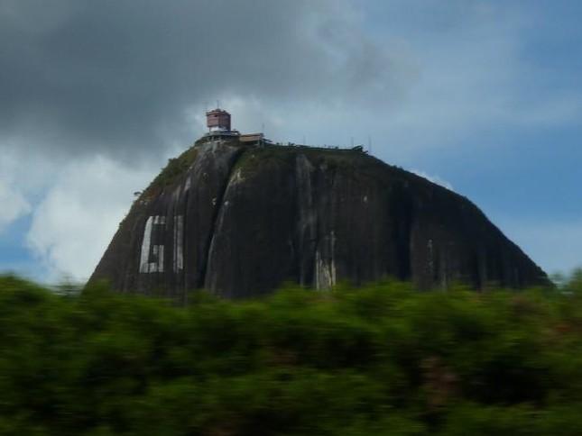 Chiêm ngưỡng khối đá kỳ lạ '10 triệu tấn' hút khách du lịch - ảnh 2