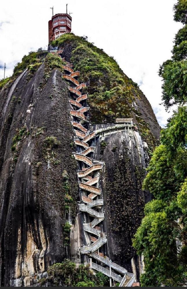 Chiêm ngưỡng khối đá kỳ lạ '10 triệu tấn' hút khách du lịch - ảnh 3