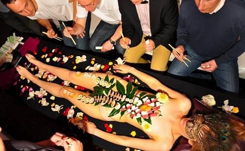 Nyotaimori - Nghệ thuật sushi trên cơ thể trinh nữ - ảnh 1