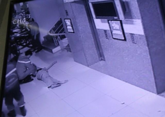 30 phút kinh hoàng của 16 người mắc kẹt trong thang máy chung cư - ảnh 1