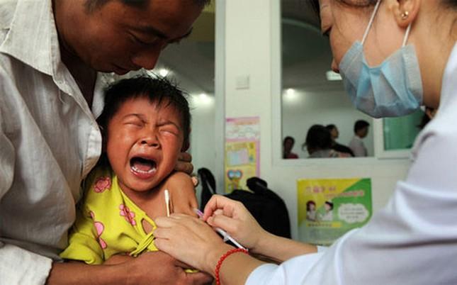 Chấn động hàng triệu trẻ em Trung Quốc bị tiêm vắc xin hết hạn - ảnh 1