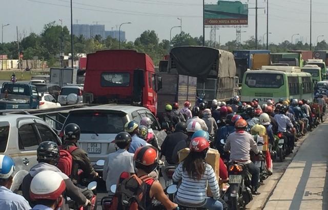 2 xe container va chạm, xa lộ Hà Nội ùn ứ nhiều giờ - ảnh 6