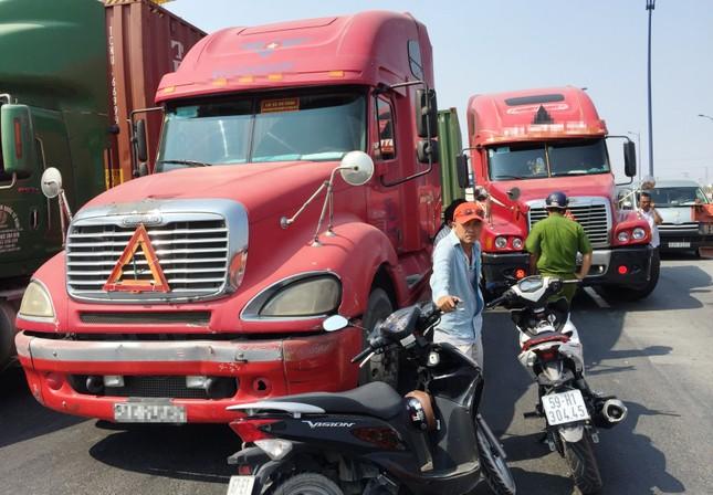 2 xe container va chạm, xa lộ Hà Nội ùn ứ nhiều giờ - ảnh 1