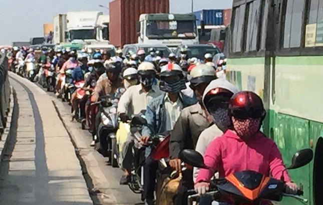 2 xe container va chạm, xa lộ Hà Nội ùn ứ nhiều giờ - ảnh 3