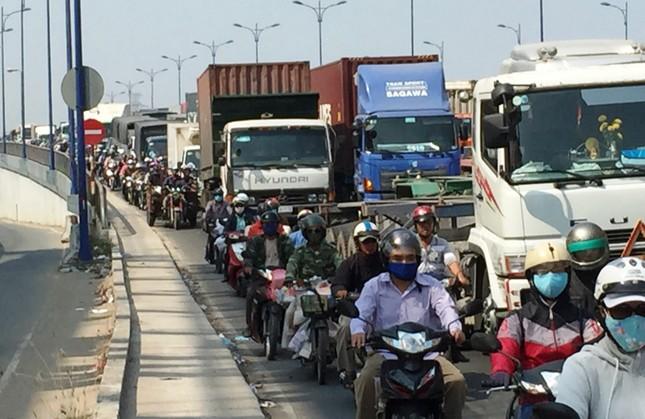 2 xe container va chạm, xa lộ Hà Nội ùn ứ nhiều giờ - ảnh 4