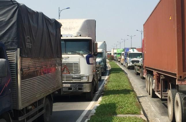 2 xe container va chạm, xa lộ Hà Nội ùn ứ nhiều giờ - ảnh 2