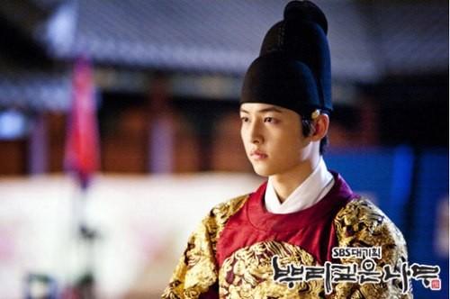 Song Joong Ki và 'bệ đỡ' trở thành hoàng tử màn ảnh châu Á - ảnh 5