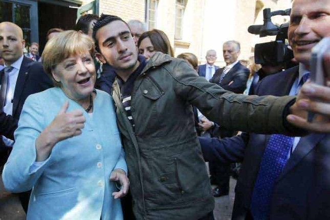 Thủ tướng Đức Merkel từng chụp ảnh với kẻ đánh bom tại Bỉ? - ảnh 2