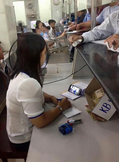Mặc bệnh nhân chờ, nhân viên y tế vẫn xem phim, lướt facebook - ảnh 2