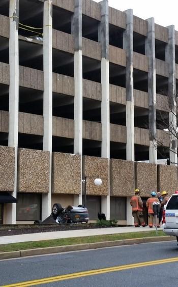 Cô gái phóng xe từ tầng 4 xuống đất do nhầm chân ga và phanh - ảnh 1