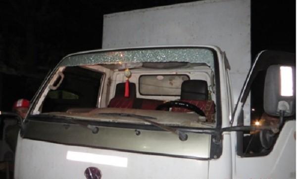 Xe tải bị ném đá: Tấm kính phía trước vỡ tan, tài xế bị thương - ảnh 1