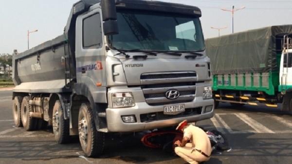 Sau vụ tai nạn, hai cô gái choáng váng bò ra từ gầm xe ben - ảnh 1