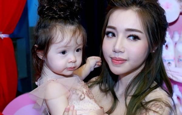Elly Trần chia sẻ cách sống, sắc đẹp... bà mẹ bỉm sữa hiện đại - ảnh 1