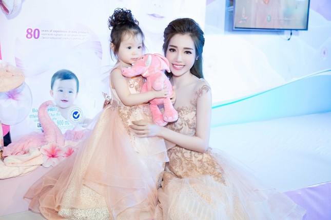 Elly Trần chia sẻ cách sống, sắc đẹp... bà mẹ bỉm sữa hiện đại - ảnh 2