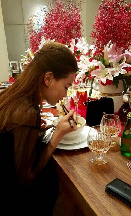 Bất ngờ với hình ảnh Hà Hồ  cặm cụi ăn mì tôm sau scandal tình ái - ảnh 2