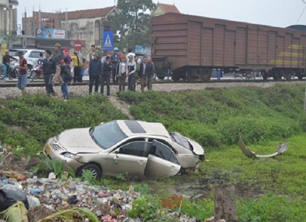 Tàu hỏa đâm ngang ô tô văng xuống ruộng, 4 người bị thương - ảnh 1