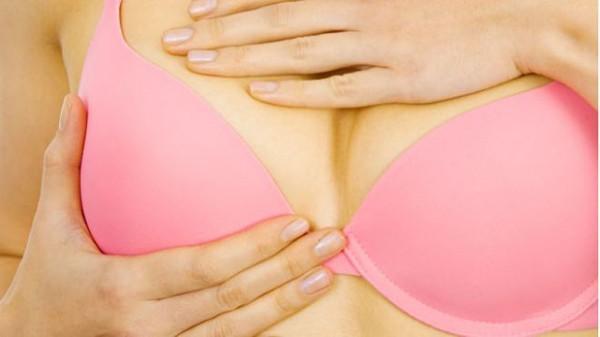 Cách tự kiểm tra ngực để phát hiện ung thư vú sớm nhất - ảnh 1