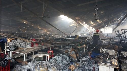 TP.HCM: Xưởng may bất ngờ bốc cháy, thiêu rụi nhiều tài sản - ảnh 1