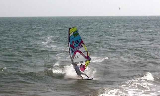 Du khách nước ngoài thích thú khám phá lướt sóng ở biển Phú Quý - ảnh 1